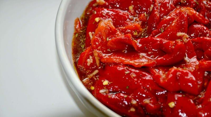 Salát z pečených paprik s bylinkami