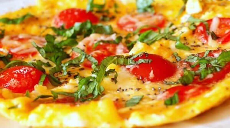 Vaječná omeleta s rajčátky, parmazánem a chia semínky